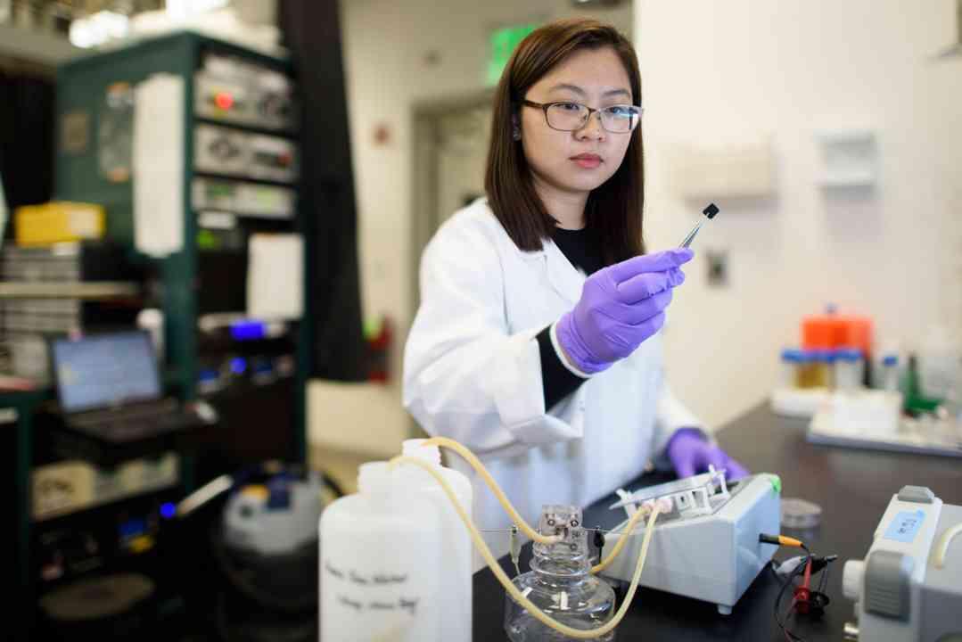 Postgraduálna študentka Chong Liu skúma uhlíkovo-amidoximovú elektródu ako súčasť výskumu na zlepšenie extrakcie uránu z morskej vody. (Kredit: L. A. Cicero)