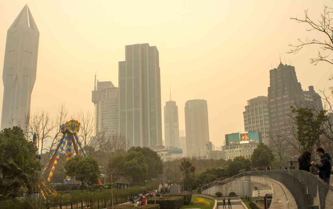 Znečistné ovzdušie v Číne: Západ slnka nad Námestím ľudu v Šanghaji.