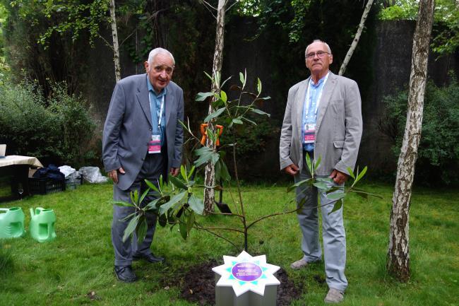 Aleji stromov: Mojmír Šeliga a Joyef Markuš pri čerstvo vysadenom strome