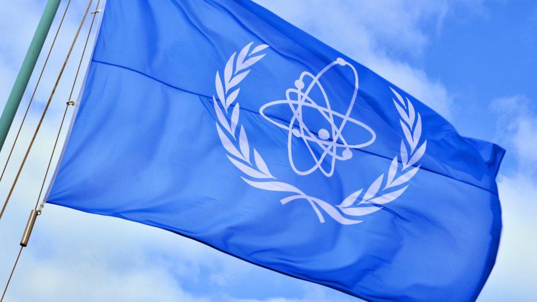 Vlajka Medzinárodnej agentúry pre atómovú energiu. Zdroj: IAEA